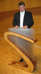 グラスハーモニカを演奏するサシャ・レッケルト氏